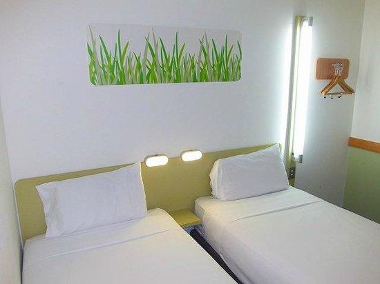 Ibis budget Auckland Airport: 客室(ベッドの寝心地は良くない)