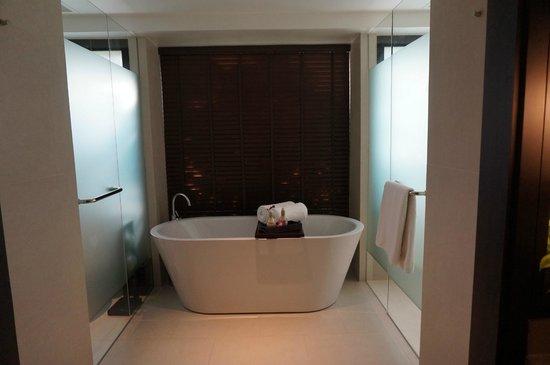 Anantara Bophut Koh Samui Resort : free standing bathtub