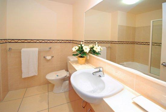 Magnolia Lane Luxury Holiday  Apartments : Apartment Bathroom