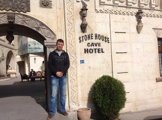 Stone House Cave Hotel: Ali ønsker oss god tur videre etter et godt opphold hos han.