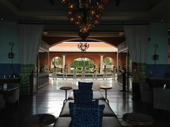 Hilton Los Cabos Beach & Golf Resort : Entry and 3rd level restaurant/bar
