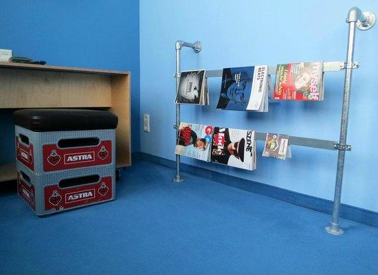 Superbude Hotel Hostel St.Georg: Schreibtisch/Leseecke mit Bierkasten-Hocker