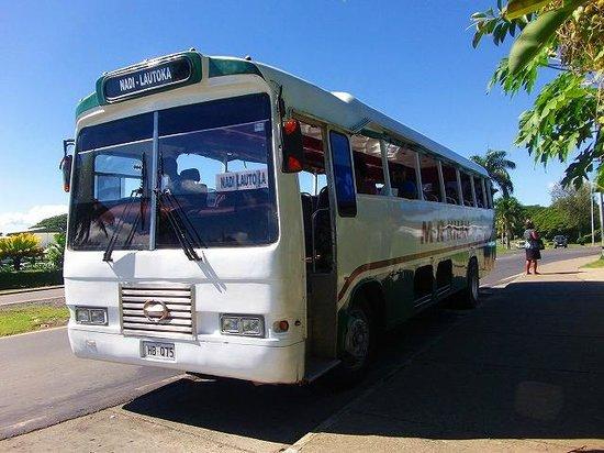 Nadi Bay Resort Hotel : 空港方面行路線バス