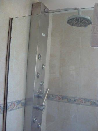 Jade Apartamentos: Dusche