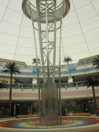 Marina Mall: Central concourse