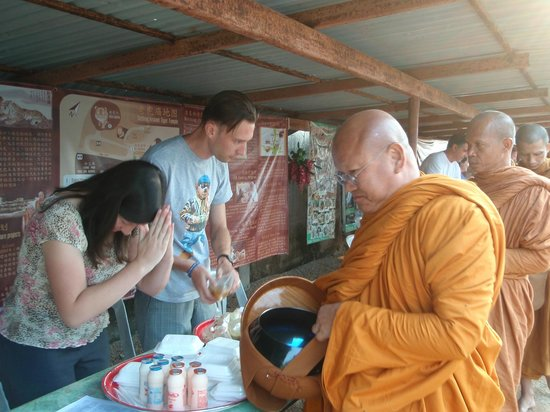Tiger Temple ( Wat Pa luang Ta Bua) : giving alms to the monks