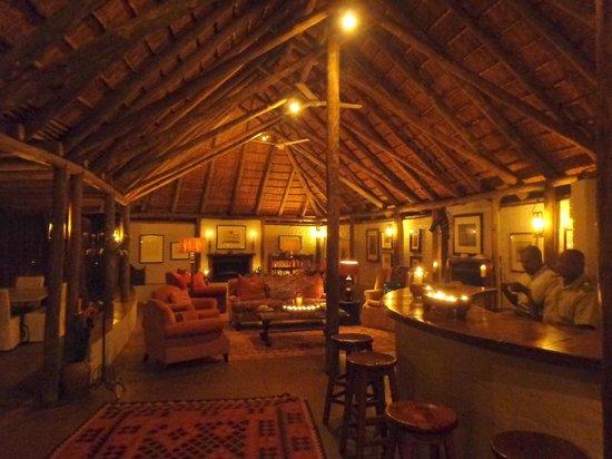 Tanda Tula Safari Camp: Main lobby in the evening