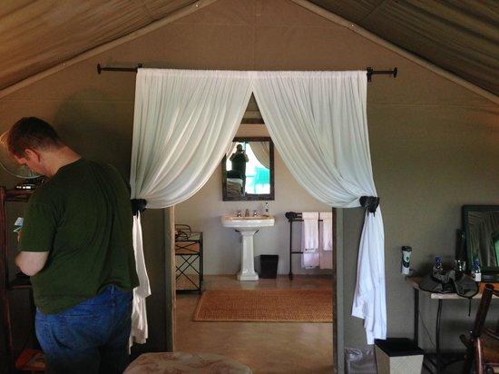 Tanda Tula Safari Camp: Entering the bathroom of our tent