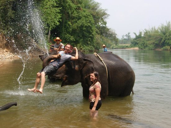 Tiger Temple Thailand Tour : longear having fun picking up my hubby