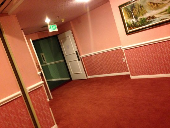 Hills Garden Hotel San Bernardino: Reminds me of the haunted hotel at Disneyland