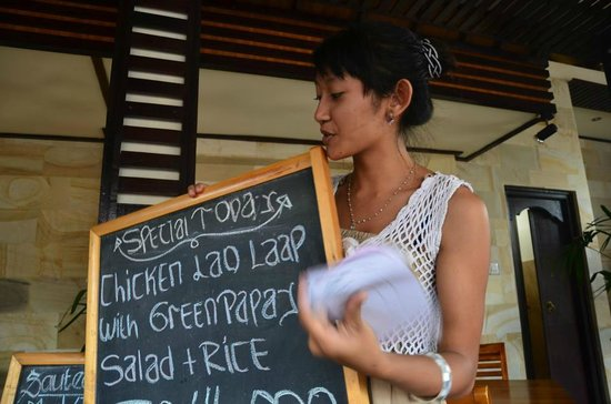 Melting Wok Warung: Waitress explain the menu to us