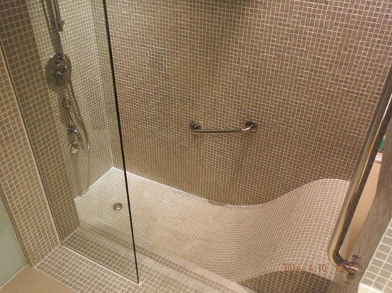 Outrigger Laguna Phuket Beach Resort: Unusual bath/shower