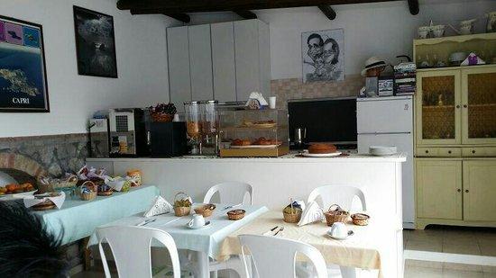 Alle Ginestre Capri Bed & Breakfast: Alle Ginestre - pretty breakfast room