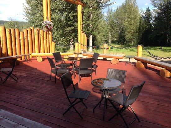 Upper Liard Lodge : The patio