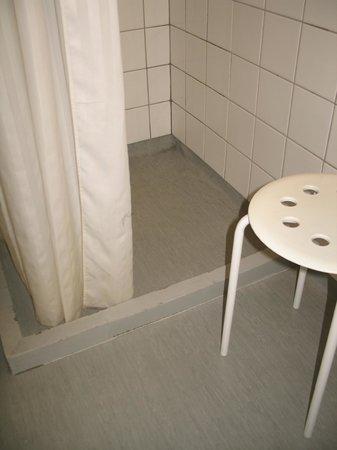 Hotel Christian IV : le bac à douche et son rideau