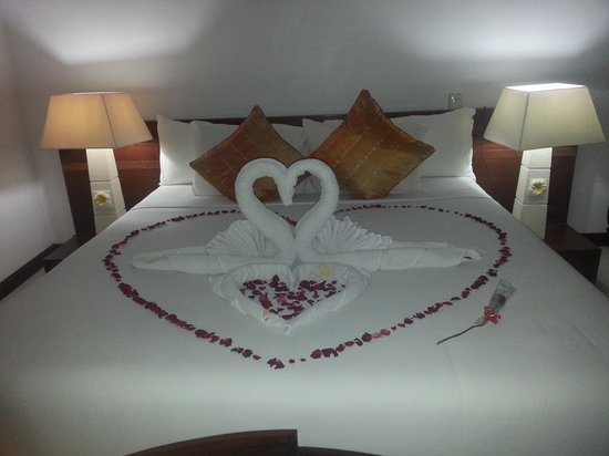 Jimbaran Cliffs Private Hotel & Spa: bed with rose petals