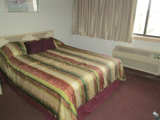 Grand Canyon Inn & Motel : 2. Queensize Bett und Fenster zum Hof