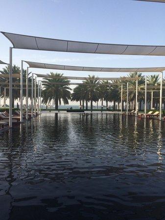The Chedi Muscat – a GHM hotel: Una delle splendide piscine