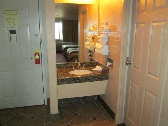 Grand Canyon Inn & Motel: Eingang und Waschbecken