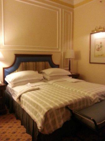 The Oberoi Grand: Room