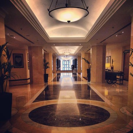 Hilton Abu Dhabi: Hall-way from the Lobby