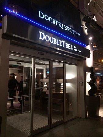 DoubleTree by Hilton London Victoria: Main entrance