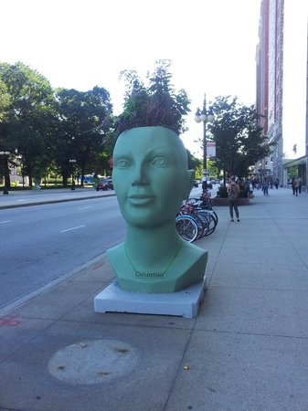 Chicago's Essex Inn : sculpture sur l'Avenue Michigan