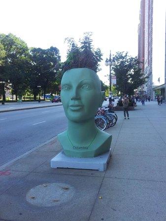 Chicago's Essex Inn: sculpture sur l'Avenue Michigan