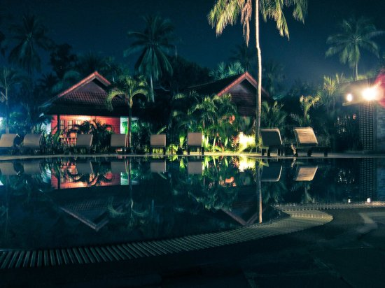 Smile House Resort: Pool at night