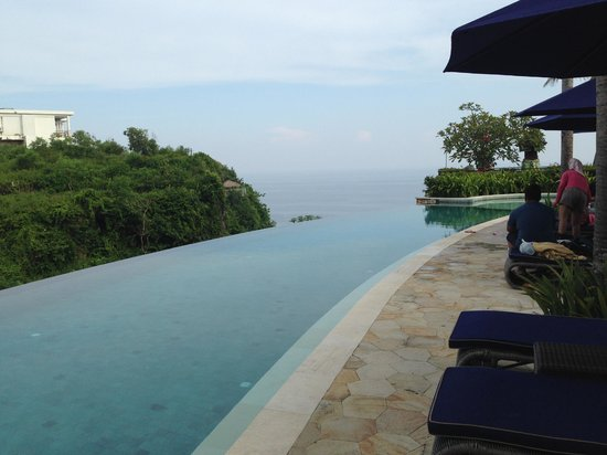 The Ungasan Clifftop Resort: The infinity pool in Villa Chintamani