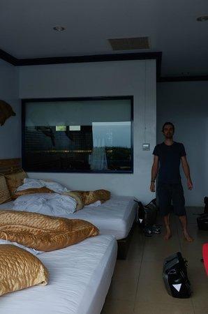 Shitiping Shengdiyage: Nice big room (sorry for the mess)
