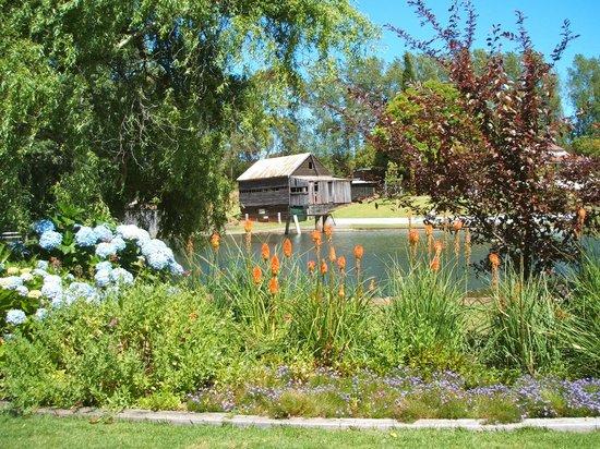 Fonty's Pool, Chalets & Caravan Park: Picturesque Pool Area