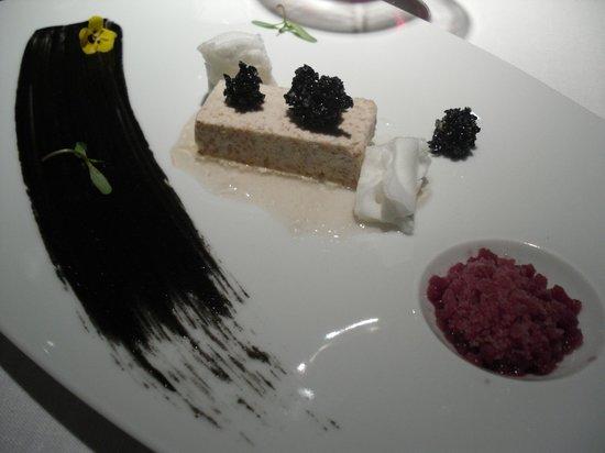 Martin Berasategui : Turrón de foie - gras con matices de manzana, vino tin to y crocan de sésamo negro