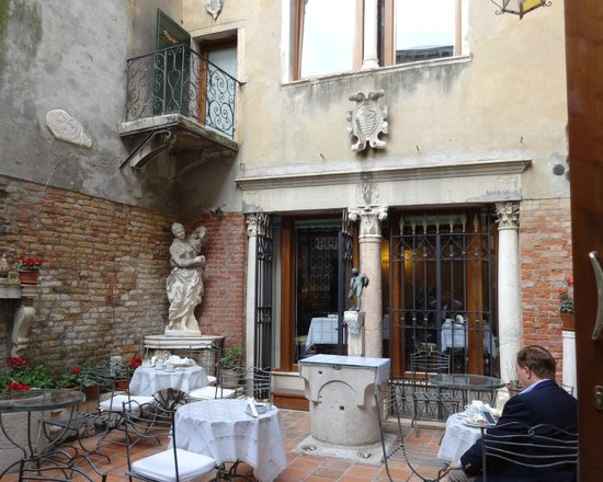 Hotel Al Ponte Mocenigo: The hotel entrance is through this lovely courtyard, which is a great place to enjoy breakfast.