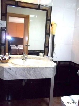 Reino de Granada Hotel : BAÑO, CON SECADOR  DE PELO