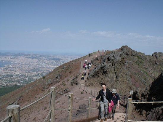 Panoramica del percorso sul cono del cratere del Vesuvio