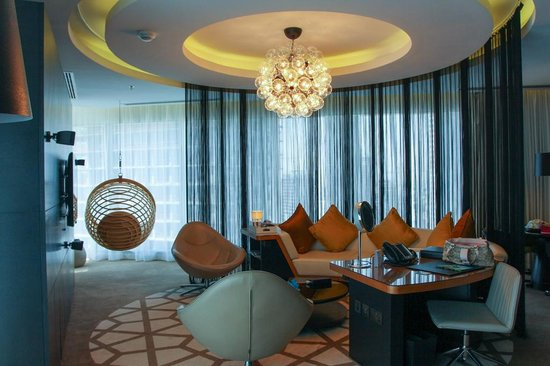 W Doha Hotel & Residences: Receiving Area of W Suite