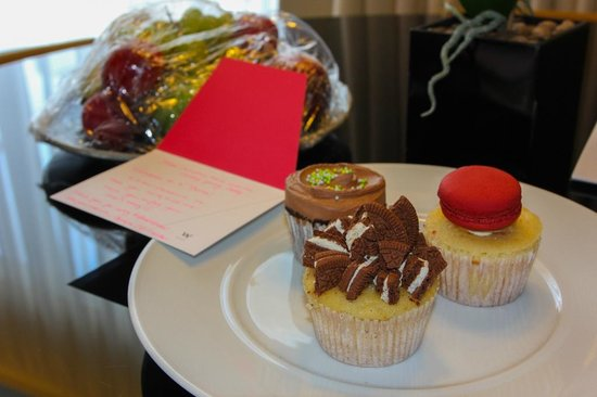 W Doha Hotel & Residences: Welcome cakes!
