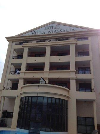 Golden Tulip Villa Massalia: Facade hotel depuis piscine