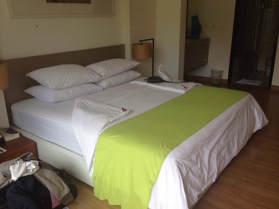 Banthai Beach Resort & Spa: King beds are huge! :)