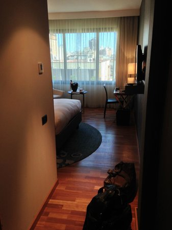 Renaissance Barcelona Hotel: the room from entrance hall, view on the window