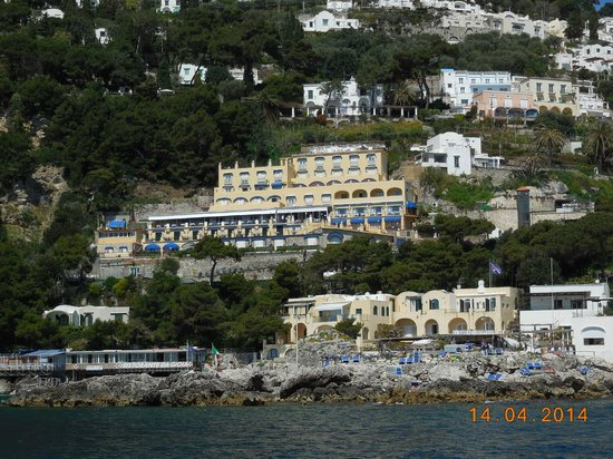 Hotel Weber Ambassador Capri : View of hotel from the sea