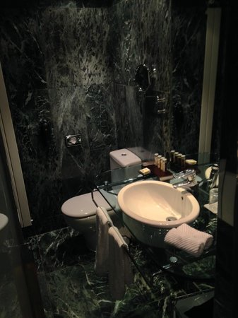 Renaissance Barcelona Hotel: bathroom - sink / toilet