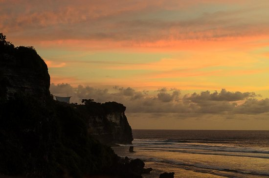 Rapture Surfcamp Bali : Uluwatu, just a 7 minute drive away from the camp