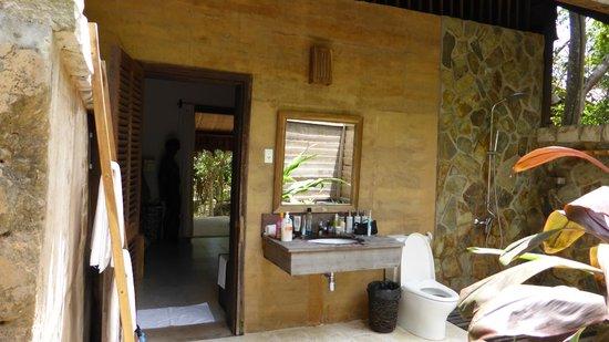 Mango Bay Resort: Open-air bathroom with rain-shower