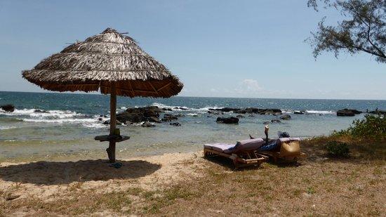 Mango Bay Resort: Beach in front of activities centre