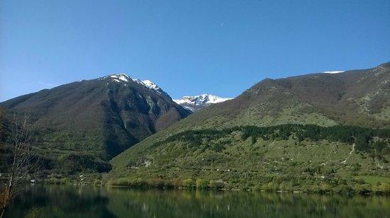 Il Lago di Scanno : Lago con sfondo montagne innevate