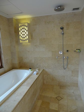 Grand Hyatt Bali: bad, stortdouche en gewone douche