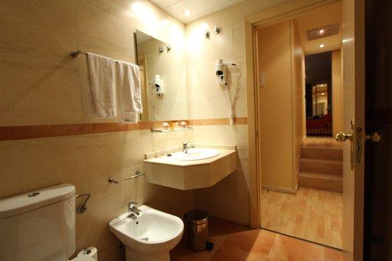 Sunotel Central: salle de bain avec couloir vers le coin lit