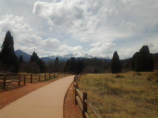Garden of the Gods : walkway with peak view